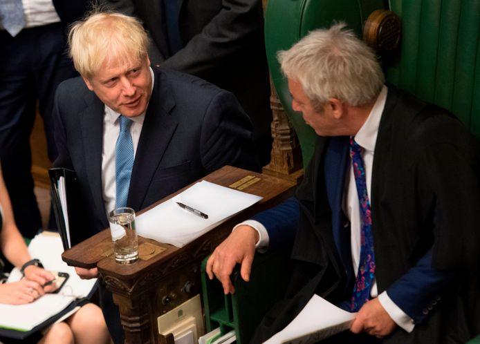 Brits premier Boris Johnson in gesprek met parlementsvoorzitter John Bercow (rechts).