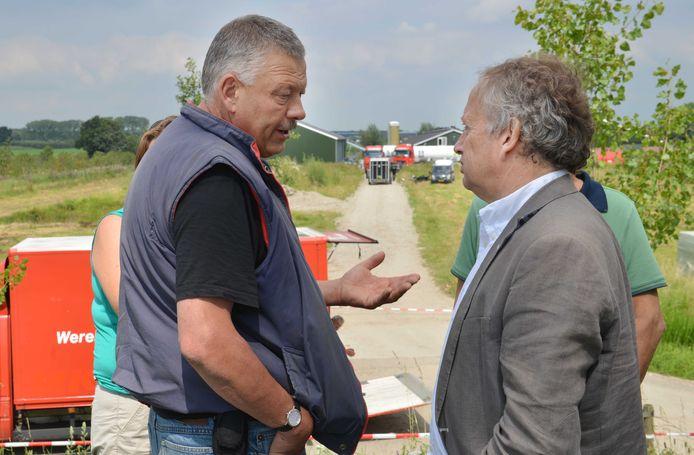 In 2012 werden alle kippen bij Piet Baars geruimd. Op deze archieffoto is hij in gesprek met toenmalig staatssecretaris van Landbouw Henk Bleker.