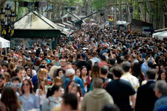 In eerste instantie waren aanslagen reden om weg te blijven van de overvolle Ramblas in Barcelona, inmiddels lijken berichten over topdrukte de opmars van Valencia te verklaren.