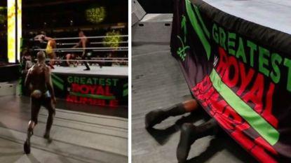 """Wat doet worstelaar hier ónder de ring? Commentatoren lachen zich een deuk: """"Geweldigste moment ooit uit 'Royal Rumble'"""""""