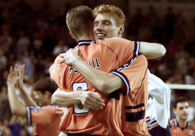 Bas van de Goor (rechts) en Richard Schuil vieren de kwalificatie voor de Spelen van Sydney in 2000 Beeld afp
