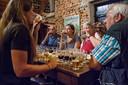 De jury van Brabants Lekkerste Bier proeft op de zolder van De Roos in Hilvarenbeek bieren uit een van de zes rondes.