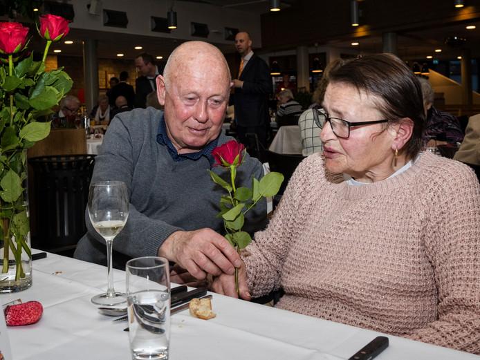 Bert van der Linden geeft zijn vrouw Henny die in Oudshoorn woont met liefde een rode roos.