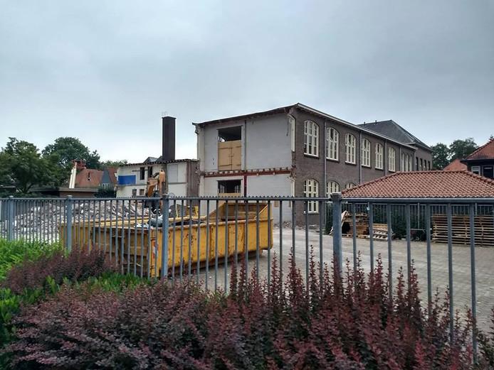 De aanbouw van de voormalige schoenmakersschool aan de Mr. van Coothstraat is gesloopt. De aanbouw valt niet onder monumentenzorg.
