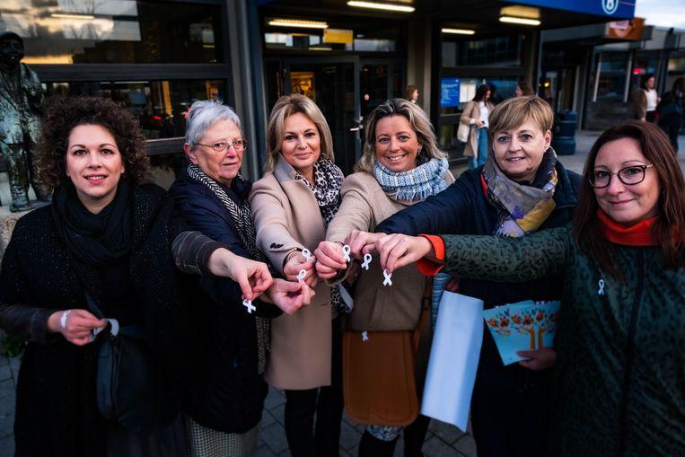 CD&V-politica Evelien Kevers (derde van rechts) voert samen met Vrouw & Maatschappij een Witte lintjesactie tegen geweld op vrouwen.