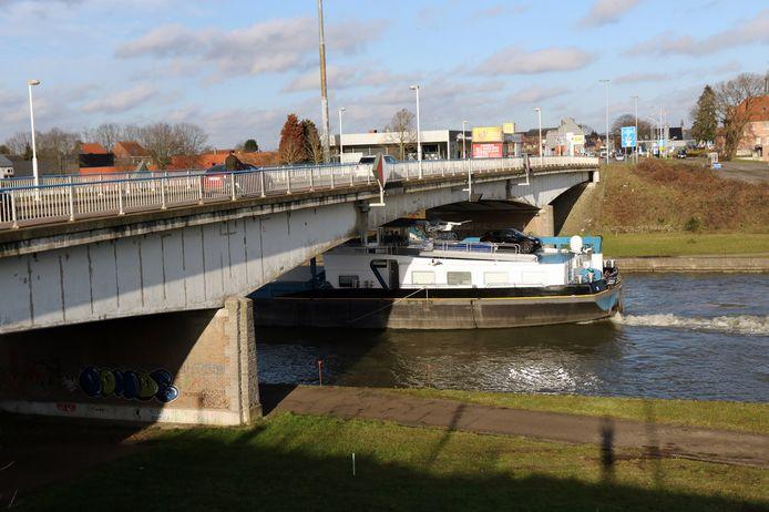De oude brug aan de Herenthoutseweg zal enkele meters worden opgeschoven.