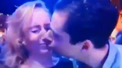 Vrouw die live op tv kus weigert, gaat viraal