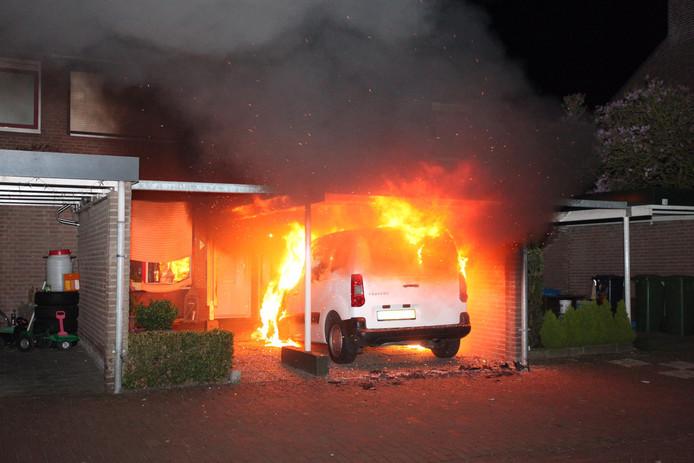 De brandweer kon voorkomen dat het vuur oversloeg naar de huizen