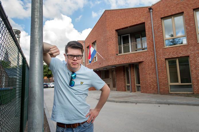 Deen van Gool (22) is dolgelukkig met zijn eigen appartement. In oktober gaat hij er wonen. ,,Nu heb ik ook een plek voor mezelf.''