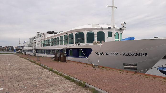 Het vakantieschip Prins Willem Alexander ligt al maanden werkeloos aan de kade nabij het Dolfinarium.