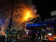 Woning in Vlijmen uitgebrand na lichte explosie, vuur laait maandagochtend weer op