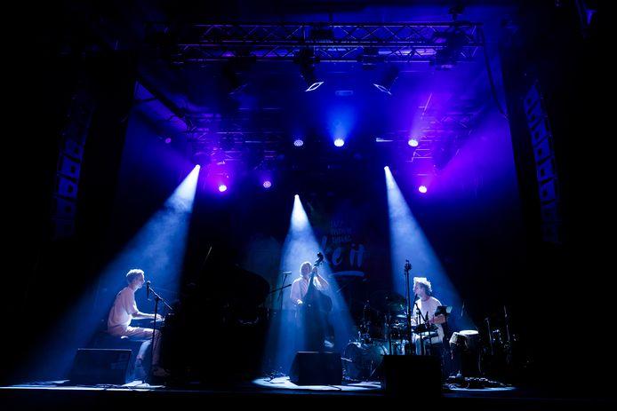 Make It Jazz Festival is een initiatief van vier oud-studenten van het Conservatorium in Tilburg. Ze willen jonge jazzmusici in de schijnwerpers plaatsen. Soms letterlijk.