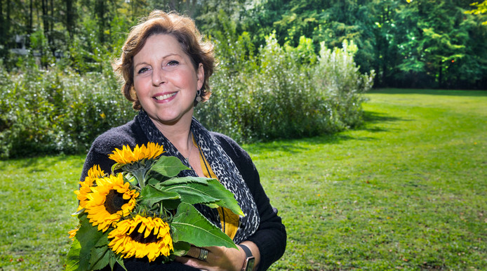 Barbara Bosman met een arm vol zonnebloemen: ,,Die bloem is voor mij eeuwig verbonden met Tjebbe, zijn leven en zijn uitvaart.''