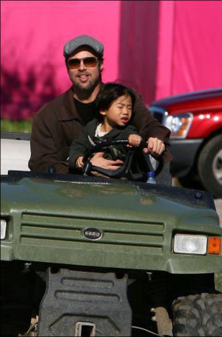 Brad Pitt en zoontje Pax op de bouwsite van 'Make It Right'.