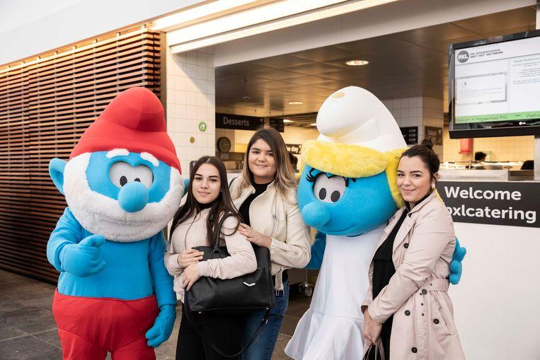 Smurfen in PXL Hasselt.  De studenten wilden maar wat graag met Grote Smurf en Smurfin op de foto.