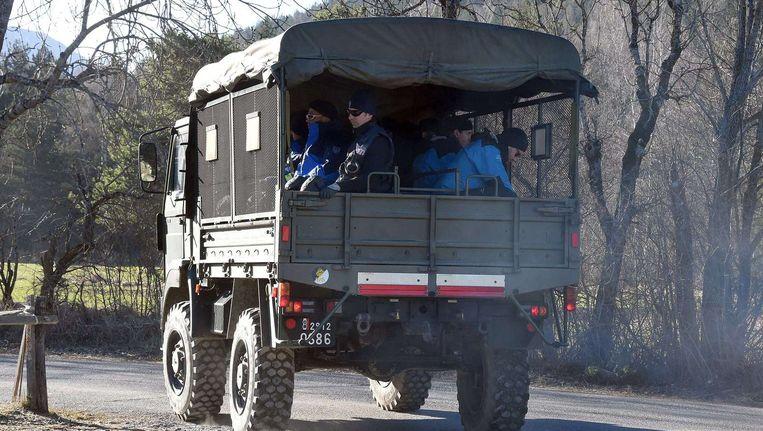Franse politie onderweg naar de rampplek waar het toestel van Germanwings neerstortte. Beeld afp