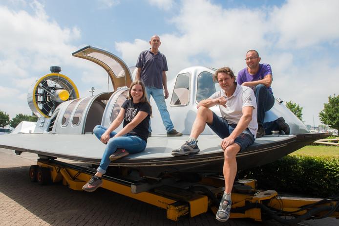 Vlnr Britt, Huib, Wouter en Maarten Snoek op de hovercraft in Drimmelen.
