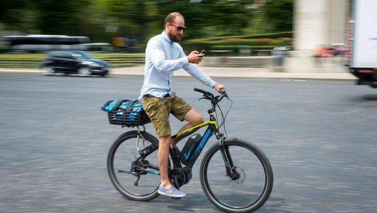Smartphonegebruik op de fiets Beeld anp