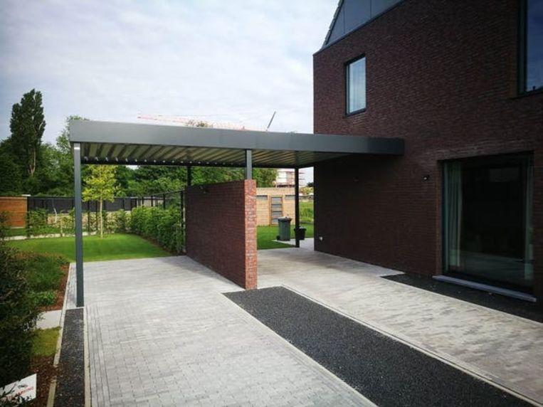 Je kan een losstaande carport plaatsen, ze tegen de woning aanbouwen of een uitstekend gedeelte van de woning als carport benutten.