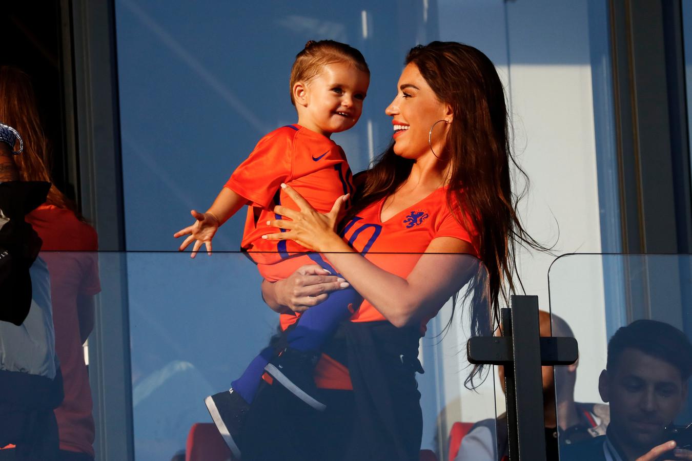 Yolanthe Sneijder-Cabau en haar zoontje Xess Xava Sneijder.
