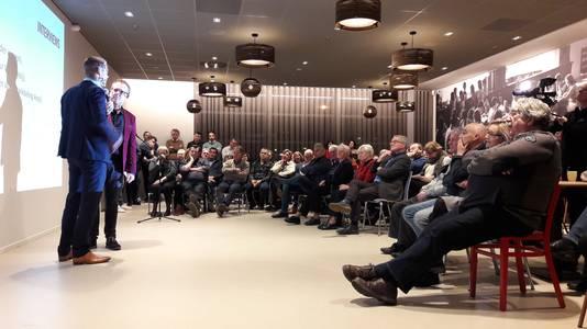 Bestuurder Mark Wonders van woningcorporatie Woonmeij wordt geïnterviewd door Lambèr Gevers van Hart. De avond trok zo'n 150 bezoekers naar 't Spectrum.