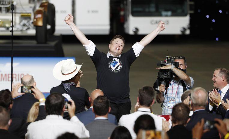 Elon Musk is blij met de geslaagde lancering. Beeld EPA