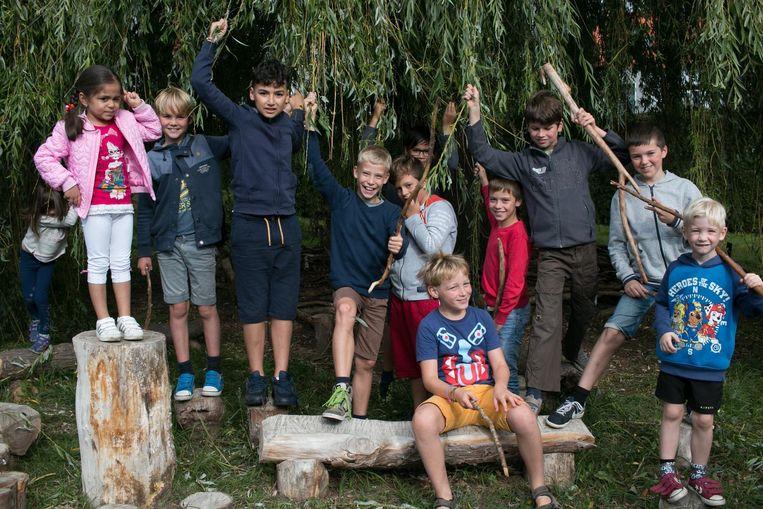 De leerlingen van Driegaaien op hun avontuurlijke speelplaats (archieffoto). Vrijdag planten ze in Sinaai een nieuw bos aan.