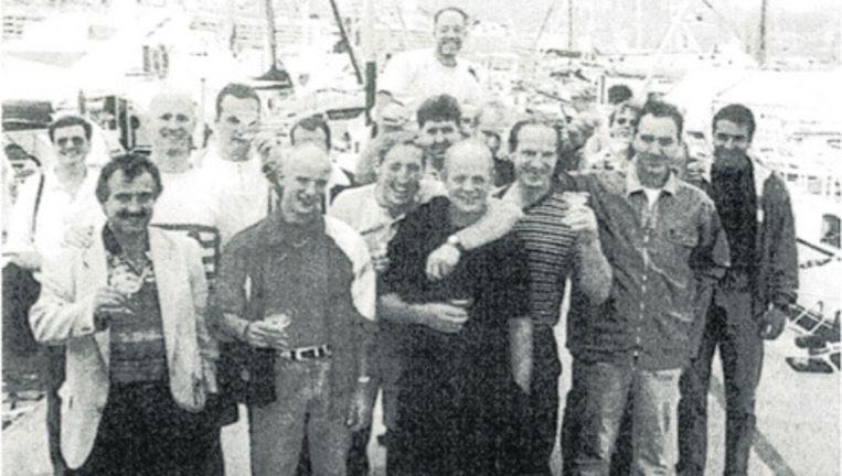 Op deze foto uit de jaren '90 staan de hoofdrolspelers uit 'de Groep Amsterdam'. Op de voorgrond in het zwart Stanley Hillis, met om zijn nek de arm van de inmiddels vermoorde Rick van de Bunt. De kale man derde van links is Mink Kok, de man die boven iedereen uittorent, is volgens justitie Jan Femer, alias 'de Snor', geliquideerd in 2000. Dino Soerel staat uiterst rechts. Foto Het Parool Beeld