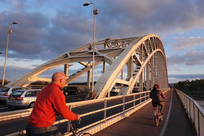 Waalbrug gaat gerenoveerd worden.