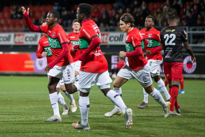 Anthony Musaba (links) viert een doelpunt.