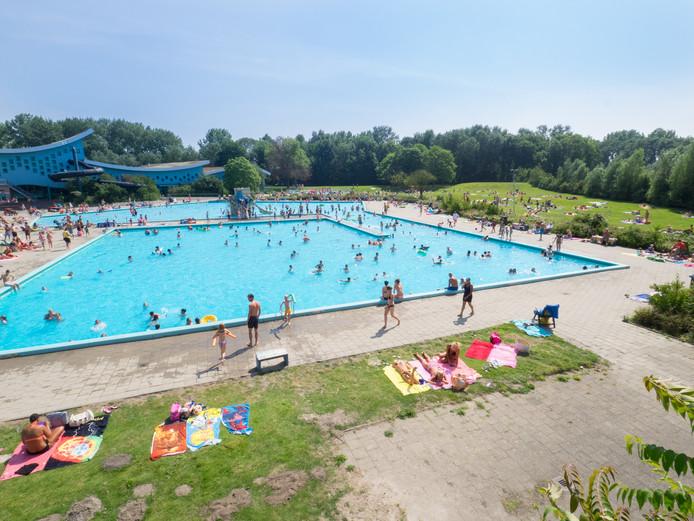 Buitenzwembad maakt rampzalig seizoen door zoetermeer ad.nl