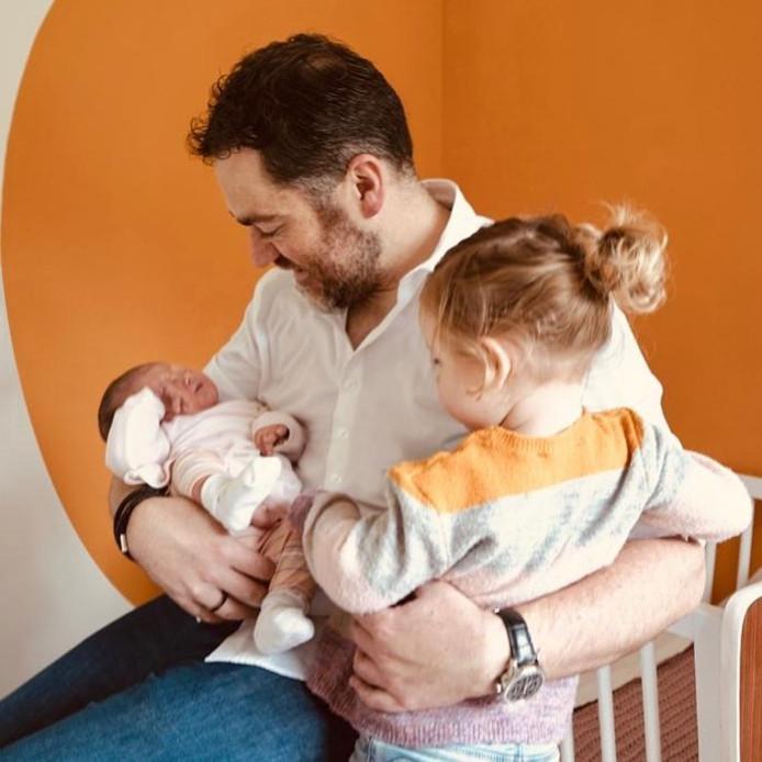 Klaas Dijkhoff met zijn twee dochters.