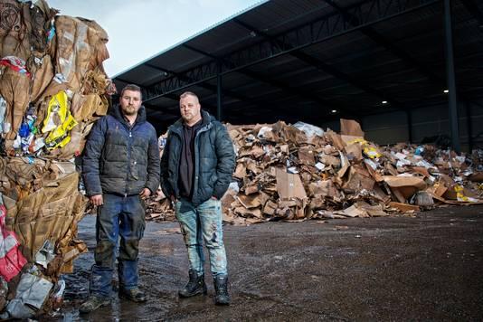 Andries (rechts) en zijn neef Jaimy (links dus) van Puijfelik, van het gelijknamige bedrijf recyclingbedrijf, op hun terrein aan de Koopvaardijweg in Oosterhout.