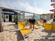 Gemeente laat surfschool Westbeach niet met rust: dwangsom van 10.000 euro voor te veel containers