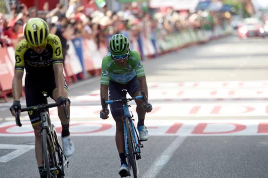 Nairo Quintana (rechts) steeg gisteren van plaats zes naar plaats twee in het algemeen klassement.