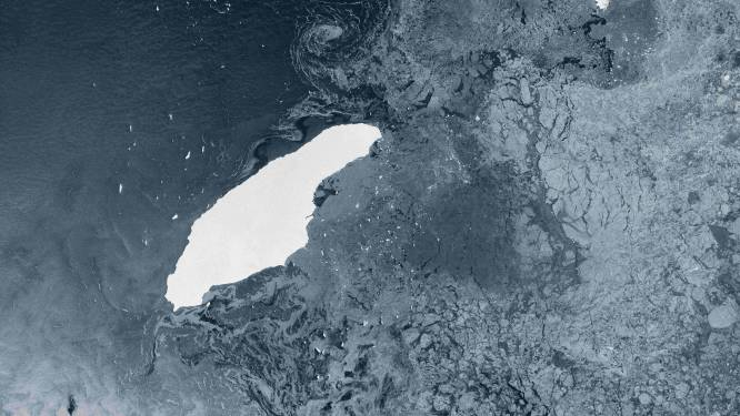 Grote ijsberg op ramkoers met eiland bij Zuidpool