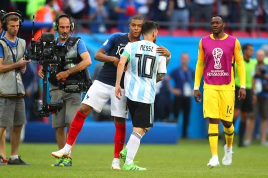 Kylian Mbappé troost Lionel Messi na de 4-3 zege van Frankrijk op Argentinië.