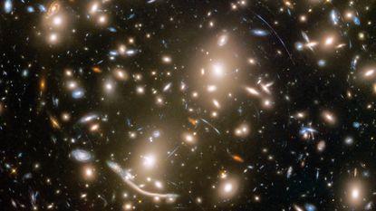 Hubble-telescoop fotografeert cluster van honderden sterrenstelsels