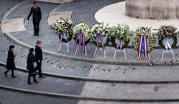 Koning Willem-Alexander en koningin Maxima leggen een krans op de Dam tijdens de nationale dodenherdenking. Beeld null