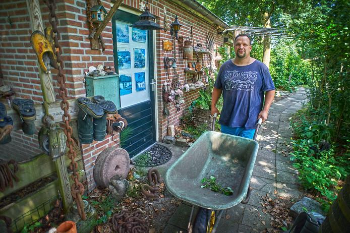 Mats bij zijn appartement in de tuin van De Boerderij in Reek