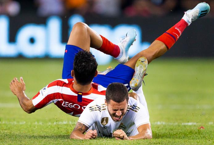 Diego Costa rolt over Eden Hazard heen