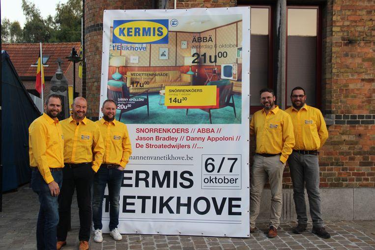 De Mannen van Etikhove zijn klaar voor de kermis in Ikea-stijl.