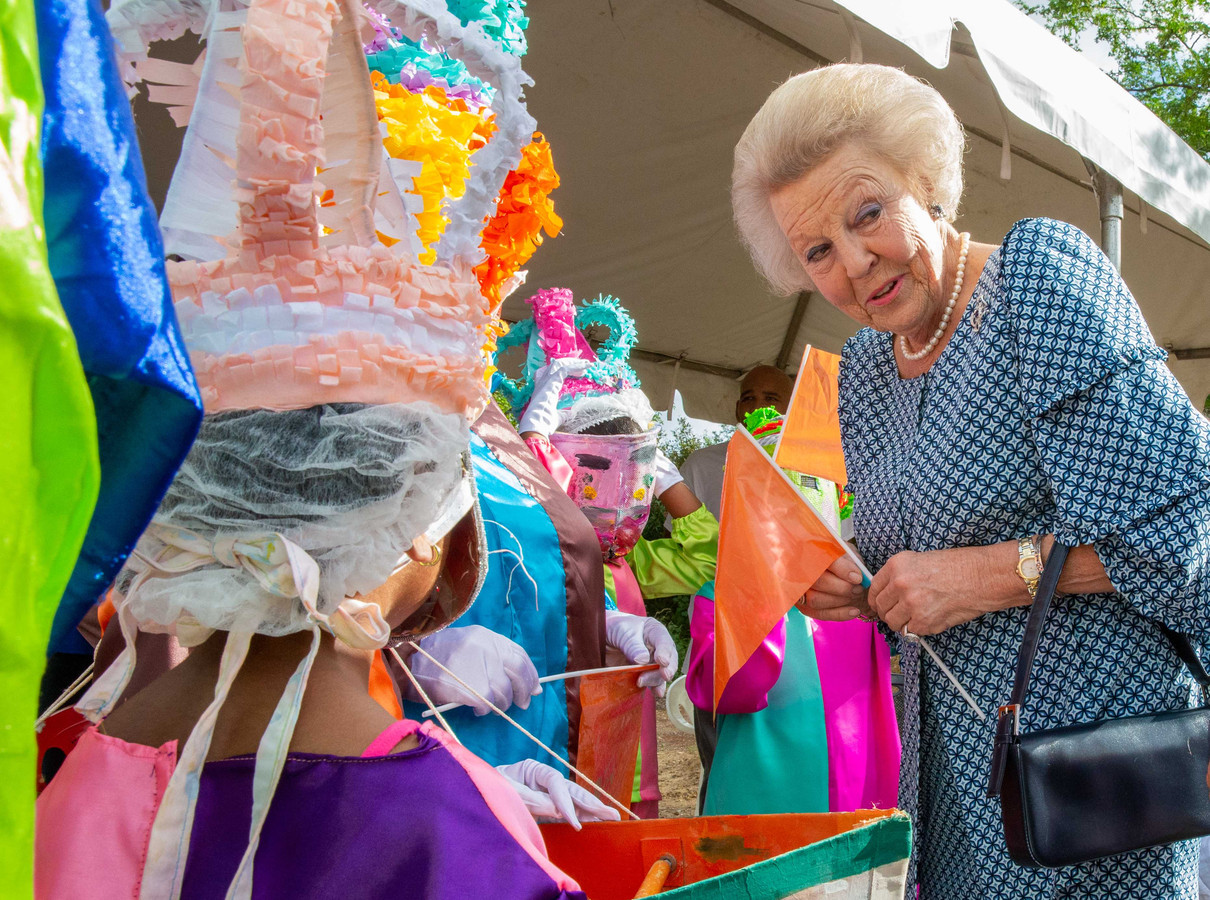 ,,Moet je het niet terughebben?'', vraagt prinses Beatrix als ze een oranje vlaggetje in haar handen gedrukt krijgt.