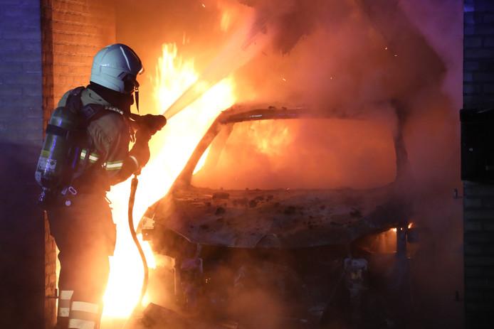 Gezin met jonge baby moet huis ontvluchten door brandende auto onder carport