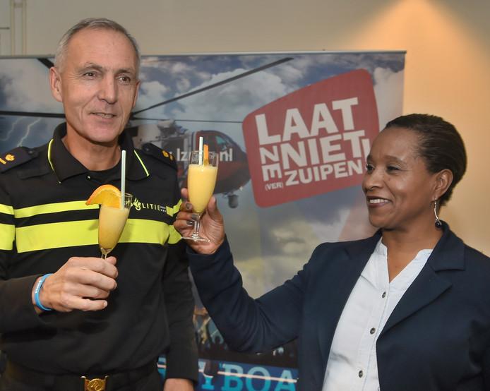 Ronald Weydema (links), districtchef van de politie Zeeland-West-Brabant en voormalig atlete Nelli Cooman brengen met een alcoholvrije cocktail een toost uit op het begin van de anti-alcohol-campagne IkPas.