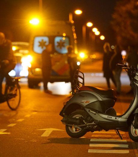 Vrouw wordt van scooter gereden op fietsstraat in Deventer en raakt gewond