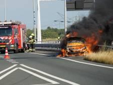 Auto vliegt tijdens rijden spontaan in brand, bestuurder ongedeerd