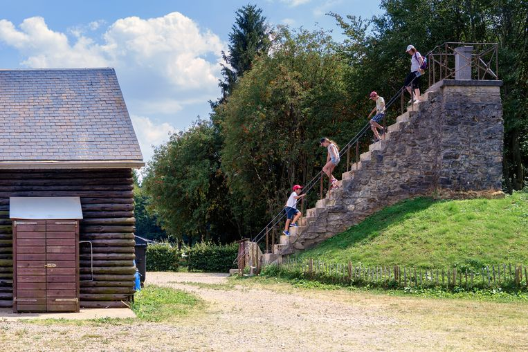 Het allerhoogste punt van België: een trap achter café Le signal de Botrange. Beeld null