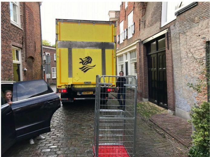 Vrachtverkeer zorgt soms voor wat overlast in de Drietrompetterstraat in de vesting Heusden. Volgens de gemeente is dat niet altijd te voorkomen. 'We zijn in overleg'.