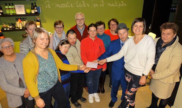 De actie van het Sociaal Huis en het Lokaal Dienstencentrum van Ruiselede bracht 742 euro op voor het goede doel